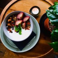 Yoghurt bowl met een mooi koffieplantje bij CoffeeLab