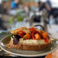 Sandwich met humus en geroosterde groenten