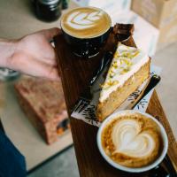 Flat White en carrotcake bij COFFEELAB
