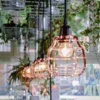 Detail van onze lampen en het groen van de planten bij COFFEELAB