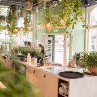 De bar en het mooie groen in COFFEELAB Den Bosch