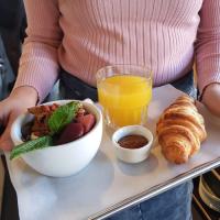 Lazy breakfast bij COFFEELAB met een yoghurt bowl, verse jus en een croissant